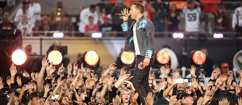 Фото шоу-концерту під час Суперкубку 50.