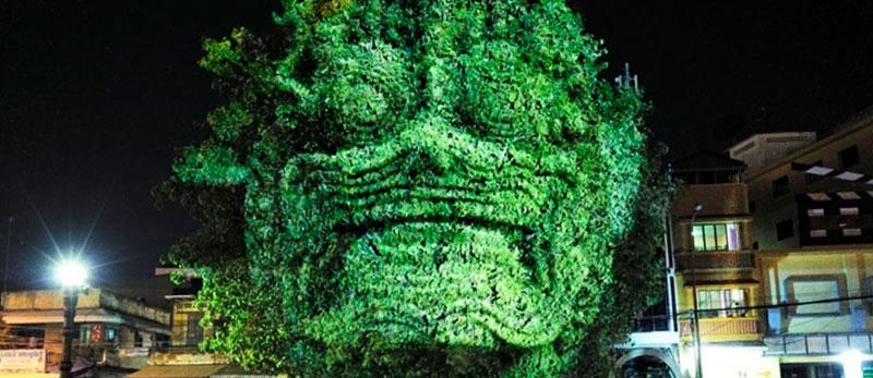 Художник зробив проекції камбоджійських духів на деревах, щоб розбудити ніч