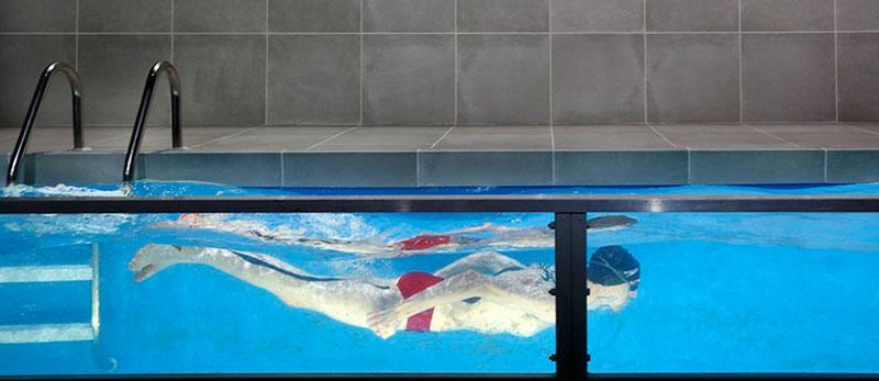 "Плавальний басейн для театральної вистави ""Red Speedo Set"""